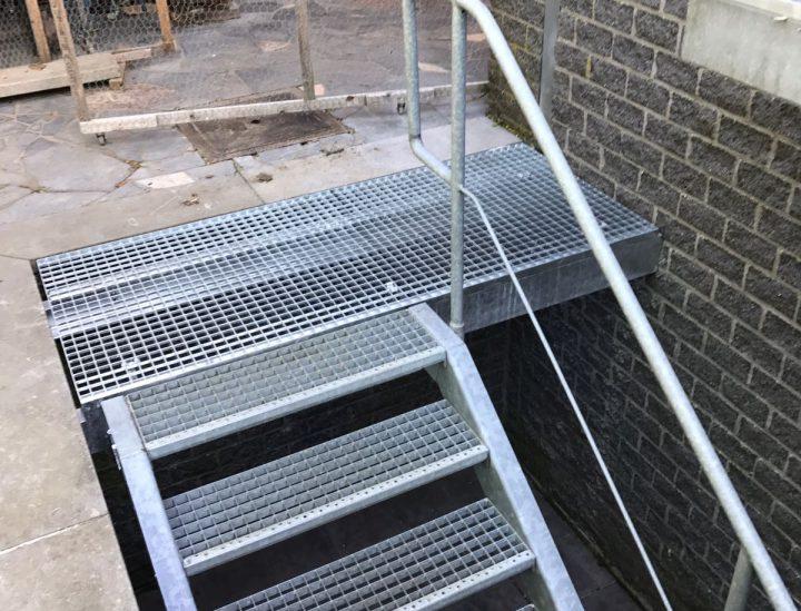 Gegalvaniseerde trap en leuning